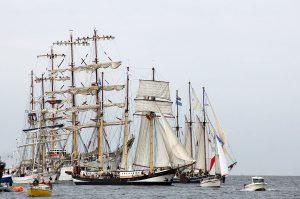 1200px-Hanse_sail_2010_warnemuende_einlaufen